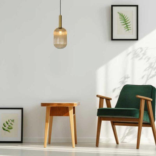 Woonkamer met glazen hanglamp