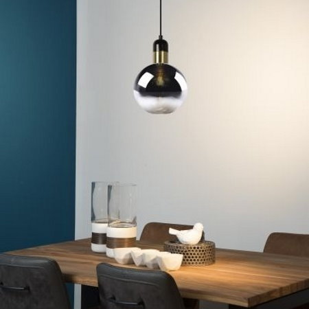 Rookglas hanglamp boven eettafel